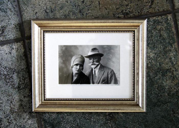 Stara fotografia czarno-biała,oprawiona w passe-partout i srebrną ramę.